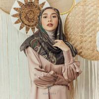 Hijab Segi Empat Seradia Renjana Surma Burni