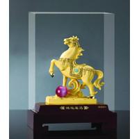 Patung Kuda Bola L Pajangan Kuda Bola lapis emas 24k
