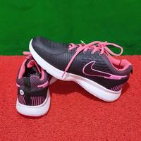 Sepatu Olahraga Nike Terbaru Dan Terlaris Warna Hitam Kombinasi