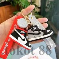 Gantungan kunci mobil kartun sepatu basket /Fashion Car keychain