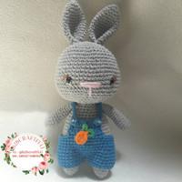 Boneka rajutan amigurumi kelinci pakai baju overall
