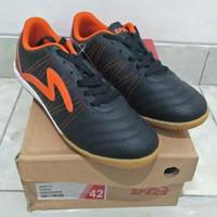 Sepatu futsal specs horus in black orange