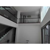 Railing kaca tangga dan balkon