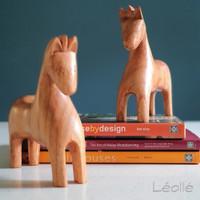 Dekorasi Meja Kerja dengan Patung Pajangan Kayu Kuda Abstrak