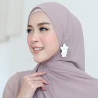 Aksesoris hijab anting hijab bunga tingkat putih