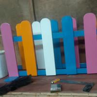 pagar pager pembatas ruangan kayu jati belanda warna warni partisi