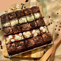 Premium Fudgy Brownie 20x20 for Birthday Topping Oreo, Cheese & Almond