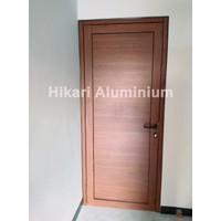 Pintu Swing Aluminium Motif Serat Kayu