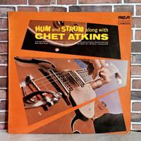 CHET ATKINS HUM AND STRUM ALONG / PIRINGAN HITAM / VINYL 12 INC