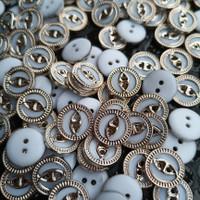 100 pcs Diameter 13 mm 100- Kancing Kemeja Emas Corak Unik Lubang 2