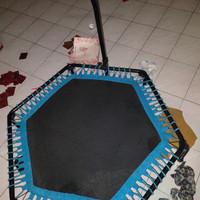 trampolin dewasa dengan gagang