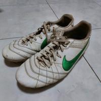 Sepatu Olah Raga Sepak Bola Nike ukuran 44