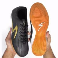 sepatu futsal specs infinity accelerator - HITAM GOLD, 38