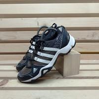 sepatu olahraga adidas AX2 black white