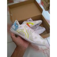 sepatu futsal Ortuseight Luminous In - Putih