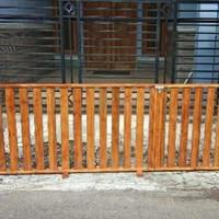 pagar pager pembatas ruangan area sholat tempat bermain jati belanda