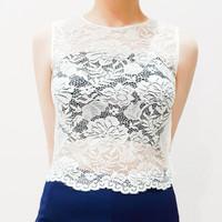 Crop top putih kerawangan tanpa lengan, baju atasan pendek brokat tanp