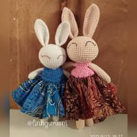 Boneka rajut amigurumi long leg bunny in batik