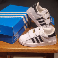 sepatu anak adidas superstar putih garis/lis hitam