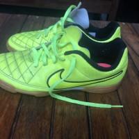 Nike sepatu futsal anak ukuran 35 belum dipakai
