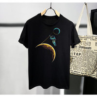 Baju Kaos Distro Pria Wanita Hitam Slim fit / T-shirt Gambar Astronot