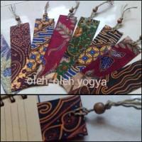 Souvenir pembatas buku batik