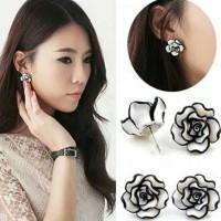 Sepasang anting bunga mawar hitam putih/elegant/cewek korea style