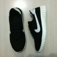 Sepatu sport Nike yeezy anak black & white / lucky