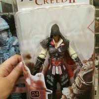 mainan action figure Ezio Assasin creed by neca tinggi sekitar 7 inch