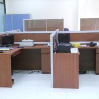 Meja Sekat Kantor Bahan Multiplek HPL Bentuk L