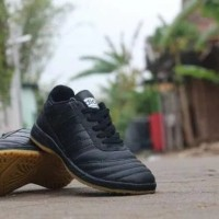 Sepatu futsal adidas hitam polos