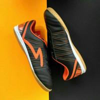 sepatu futsal SPECS horus in black / orange/ white