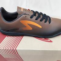 Sepatu futsal specs Eclipse in - Black forest/Bitter brown/Orange