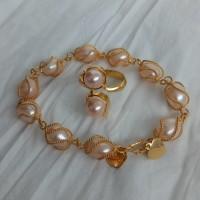 Set perhiasan gelang dan cincin mutiara air tawar peach lapis emas 24k