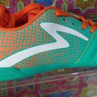 Sepatu futsal specs equinox in comfrey green/spirit orange/white