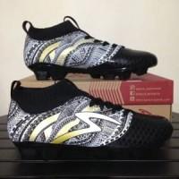 Sepatu Bola Specs Heritage FG Black Gold White 100797 O Berkualitas