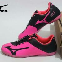 sepatu futsal pria mizuno 103 pink hitam