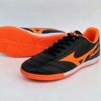 sepatu futsal pria mizuno fortuna hitam orange