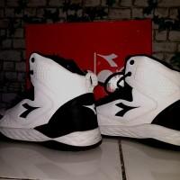 sepatu basket diadora white-black