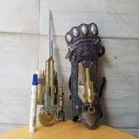 mainan action figure Senjata assasin assassins creed sindicate Ezio a