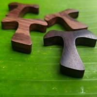Bandul kalung salib kayu Tao