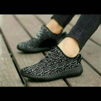 sepatu yeezy tali loreng hitam