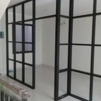 partisi penyekat ruangan bahan kusen alumunium kombinasi kaca dan fane