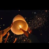 Lampion terbang warna warni