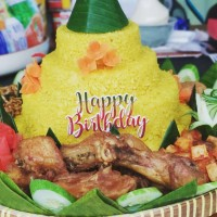 Tumpeng Nasi Kuning Calia's Cooking Delight Untuk Acara 8 orang