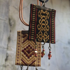 Pengrajin Aksesoris Etnik. Kalung Pita Tenun Etnik Wanita