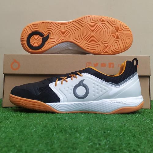 Foto Produk Sepatu Futsal Ortuseight Jogosala Penumbra IN - Black/Off White - 38 dari KICKOFF SPORTS