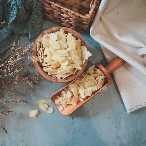 Foto Produk Almonds Blanched Slices (1kg) dari Nourish Indonesia