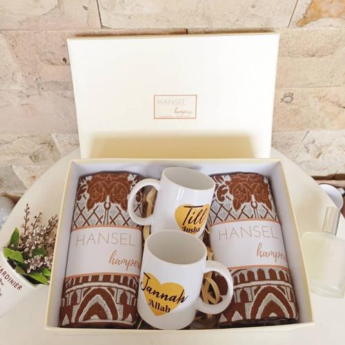 Foto Produk wedding gift/kado pernikahan/ hampers pernikahan sajadah mug couple dari heigoodbaby