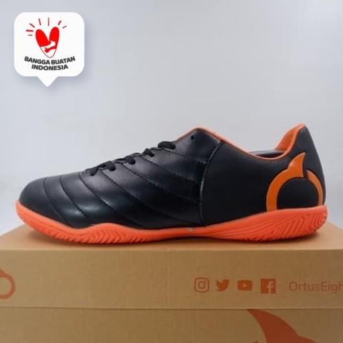 Foto Produk Sepatu Futsal Ortuseight Cygnus IN Black Ortrange 11020173 Original dari KING OF DRIBBLE